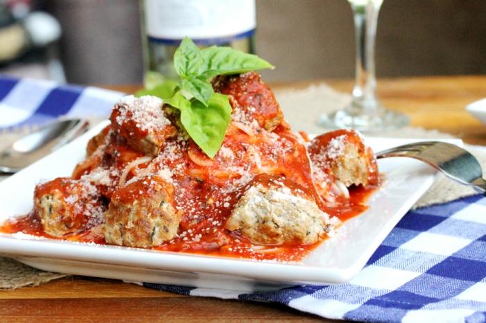 repas entre amis de la cuisine italienne, pasta à la sauce tomate et aux boulettes de viande hachée avec parmesan