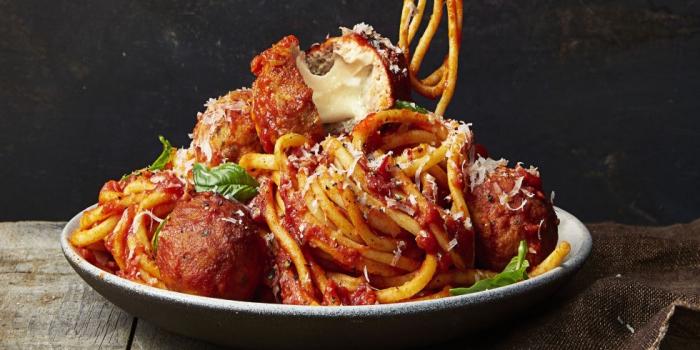 quoi manger ce soir vite fait, recette facile pour faire pasta à la sauce tomate avec boules de viande hachée et parmesan