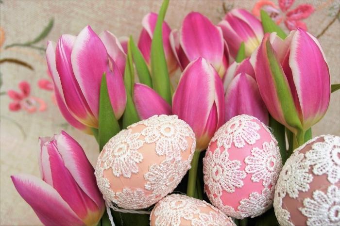 décoration pour la fête des paques 2018 avec bouquet de tulipes rose et oeufs colorés à design dentelle blanche