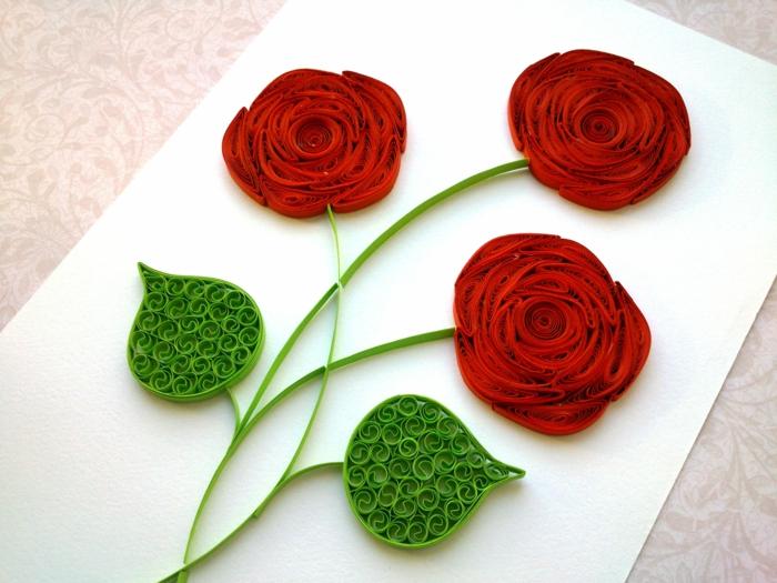 trois fleurs rouges assemblées en bouquet, que faire avec du papier à plier