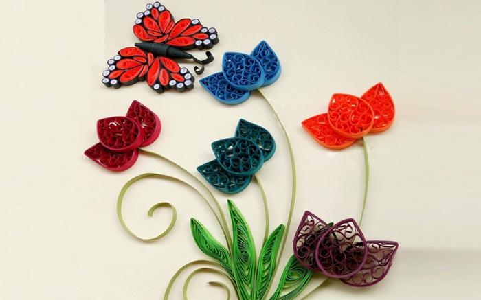 un bouquet de tulipes colorées et un papillon rouge, déco de printemps fait main