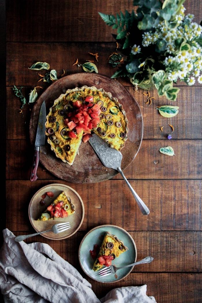 préparer un dessert à recette facile pour le soir, tarte aux fruits et oeufs à garnir avec feuilles d'herbes fraîches