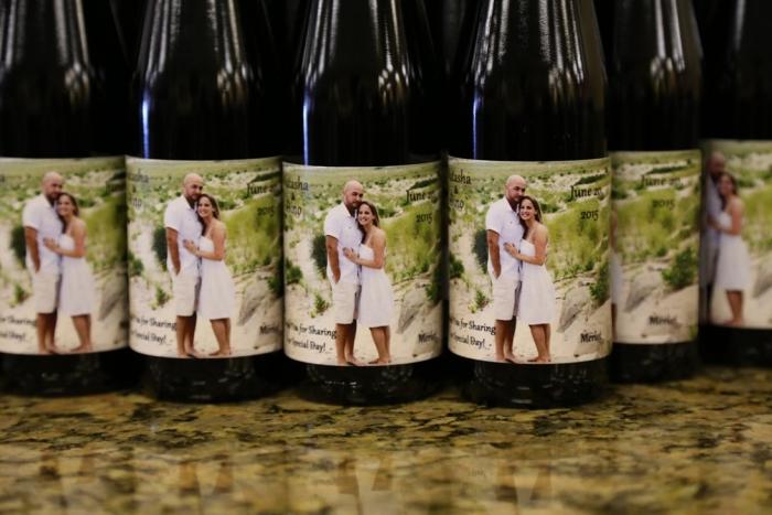 collection de bouteilles de vin à étiquette personnalisée avec une photo personnelle et mots doux pour les invités