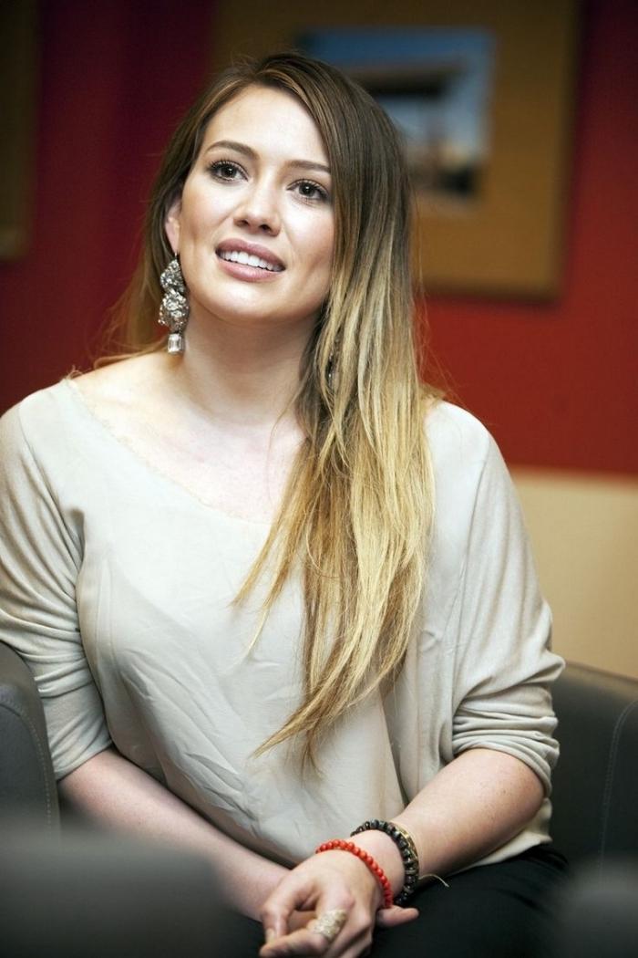 Hilary Duff aux cheveux longs ombré de base marron, maquillage naturel aux lèvres nude mate et fards à paupières beige