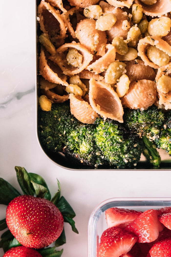 pasta, concihliette aux noix et a la pistache concassée, plat principal pour un repas du soir léger, des fraises pour dessert, comment manger sain