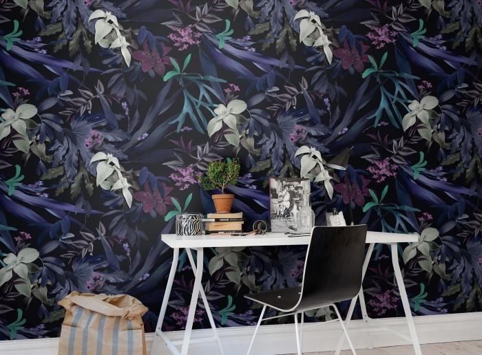aménagement bureau à domicile avec meubles blanc et noir, déco murale avec papier peint tropical de couleurs foncées