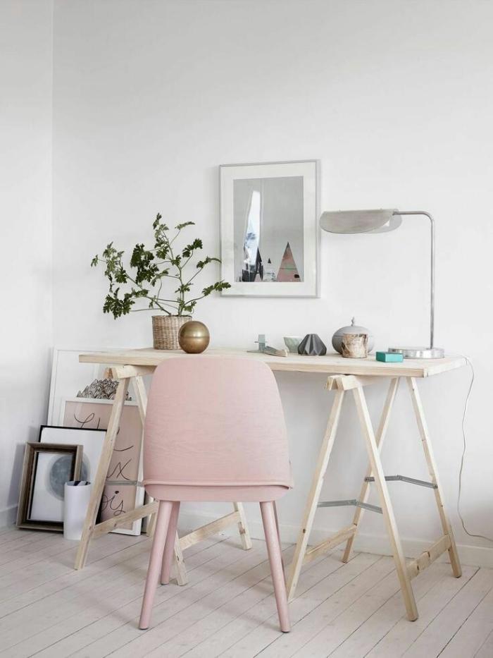 aménagement bureau à domicile dans l'esprit scandinave avec meubles de bois et chaise de couleur rose poudré