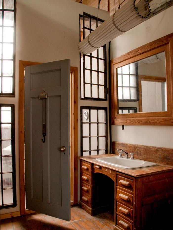 meuble salle de bain original réalisé à partir d un bureau massif en chêne pour une déco authentique et chaleureuse dans la salle de bain ou les toilettes