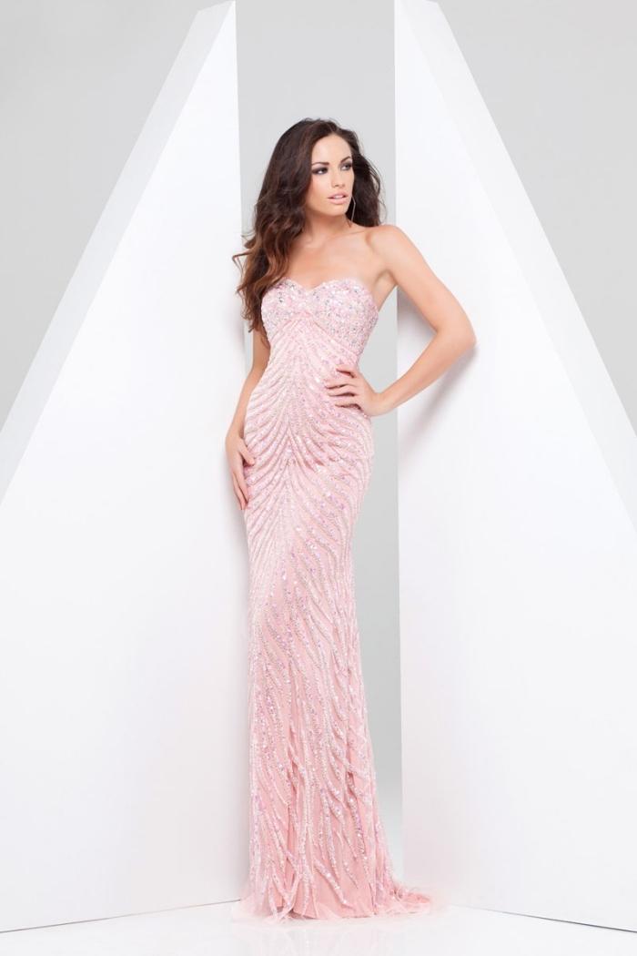 tenue de soirée élégante avec robe longue à design syrène en bustier coeur de couleur rose pale