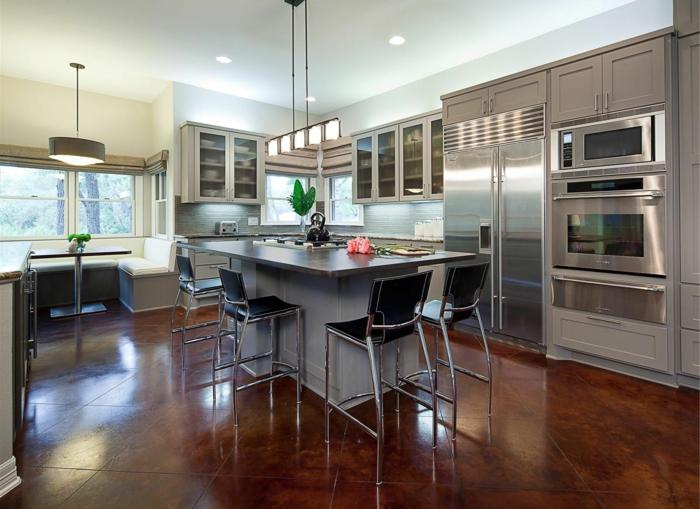 cuisine gris et bois chaises de bar noires, cabinets gris, plafond blanc,