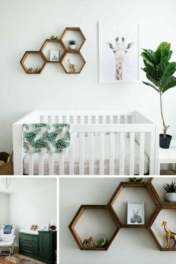 des détails de la décoration chambre bébé fille, étagères hexagonales en marron foncé, lit en bois blanc, plante verte, meuble en bleu canard