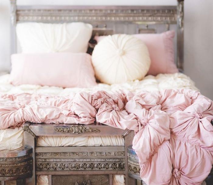 linge de lit et coussins décoratifs de couleur rose poudré pour une déco de lit boudoir dans la chambre à coucher femme baroque