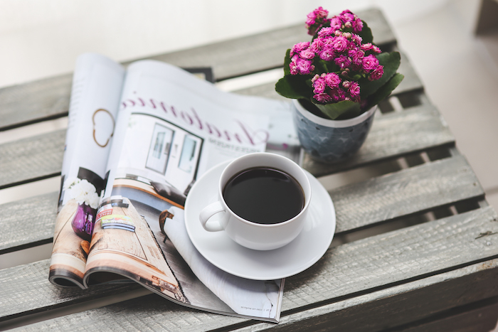 Magnifique fond d écran fleur rose image de rose lire un magazine avec un café photo pour arriere plan