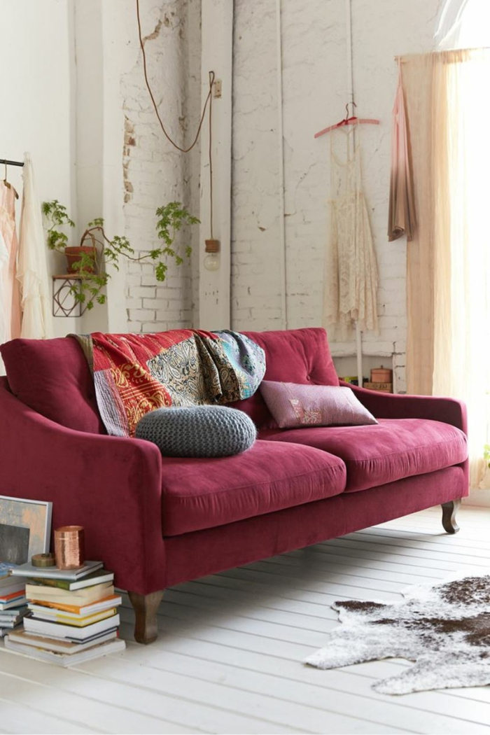 rouge bordeaux dans l'intérieur, sol blanc, mur en briques blanches, pot de fleurs suspendu