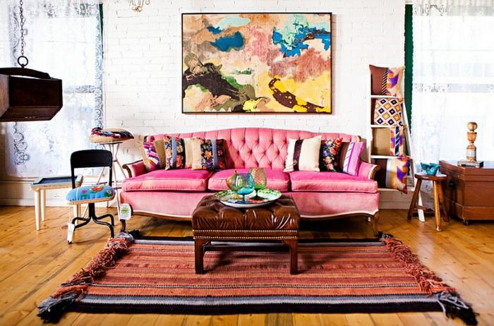 tapis rétro style ethnique, canapé rose capitonné, peinture abstraite, coussins en couleurs agréables