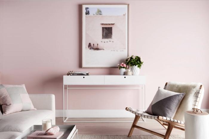 peinture rose pale pour un intérieur design dans le salon, déco intérieur aux murs rose pastel avec meubles blancs