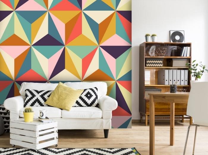 aménagement de salon moderne avec meubles blancs et revêtement mural en papier peint graphique multicolore