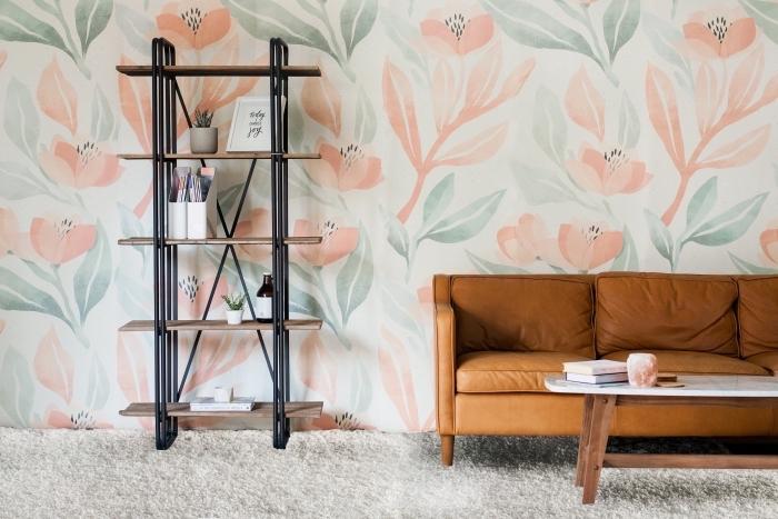 déco de salon avec canapé de cuir camel et table basse en bois et marbre, modèle de papier peint aux motifs floraux de nuances pastel