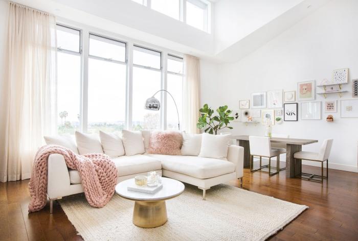 comment aménager une pièce sous pente aux murs blancs et grandes fenêtres, pièce claire au parquet foncé
