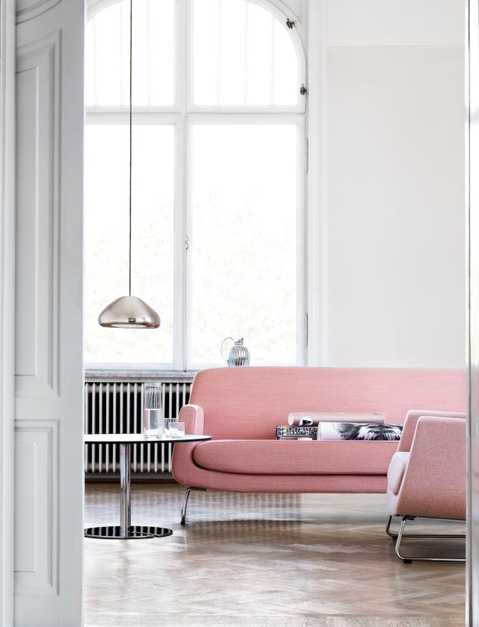 aménagement de salon en style rétro avec meubles design moderne, quelle couleur avec le gris, modèle de canapé en rose poudré