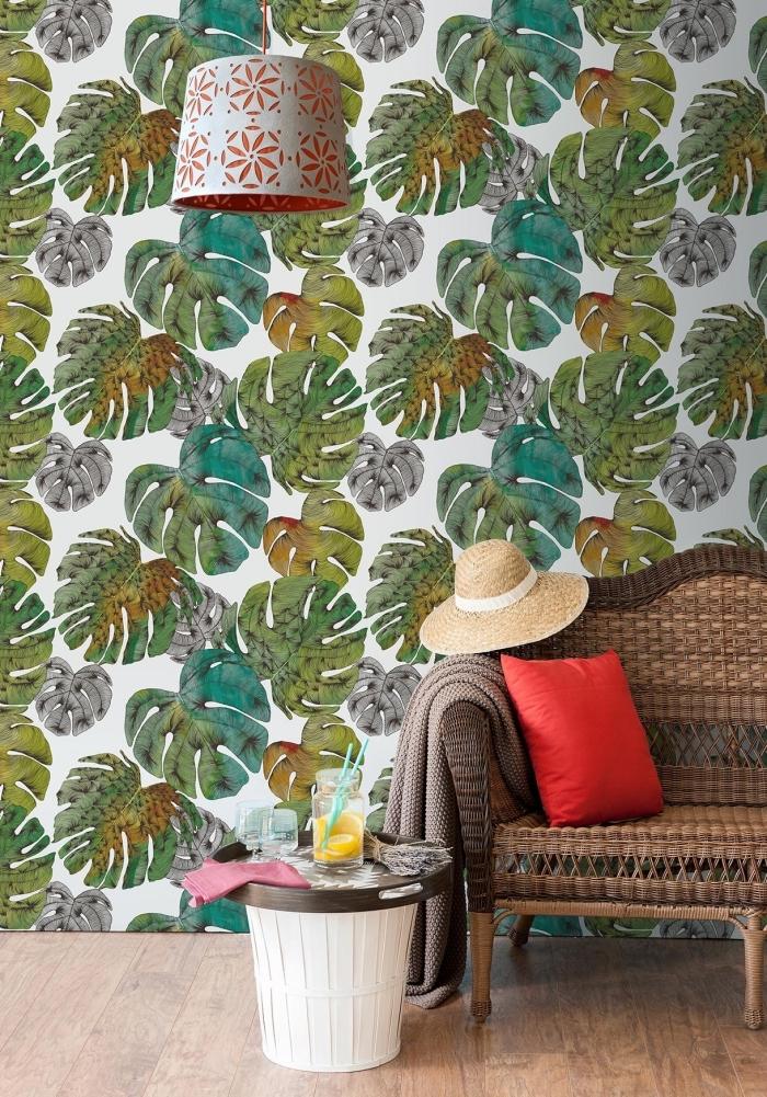 aménagement de couloir avec déco murale en papier peint tropical à design grandes feuilles vertes et grises