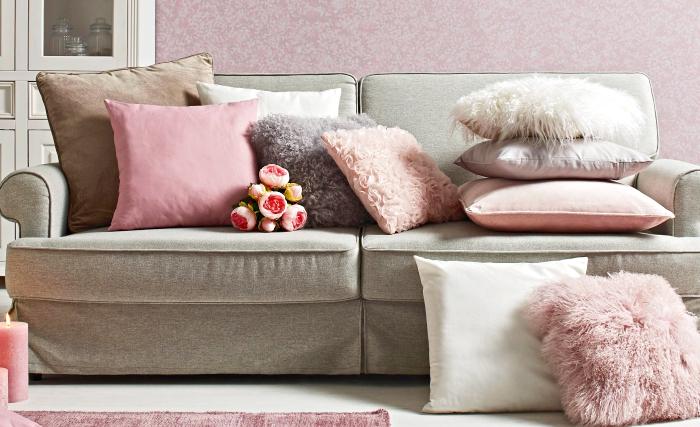 quelle couleur associer au gris, aménagement de salon aux murs rose pastel avec canapé beige et coussins décoratifs en nuances de rose