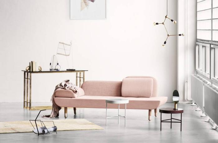 aménagement salon aux murs blancs avec canapé design de couleur rose poudré, modèle de bureau luxe en or