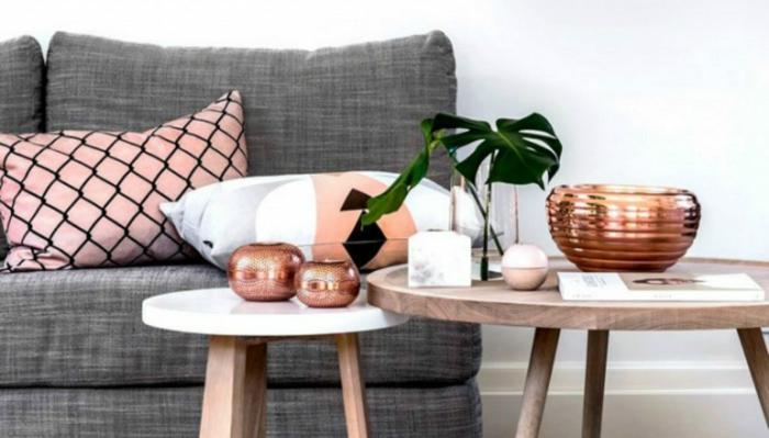 couleur zen, deco salon zen avec canapé gris te coussins roses avec des effets résilles noires, deux tables rondes, grande et petite, mur blanc