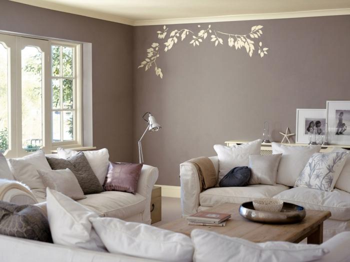 décoration feng shui, deco salon zen, murs en rose poudré, canapés blancs avec des grands coussins blancs, roses et gris, cadres fenêtres en style oriental