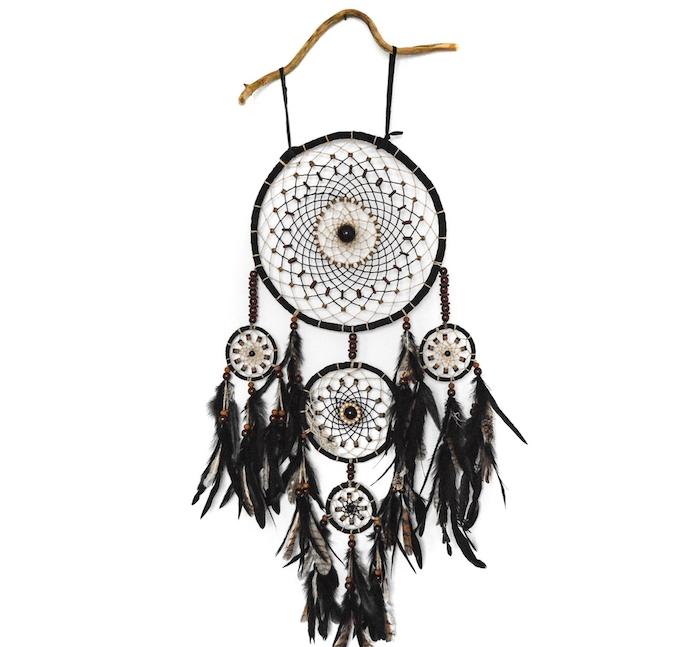 fabriquer attrape reve, un grand cercle avec de petits cercles et filet noirs, decoration de plumes noires