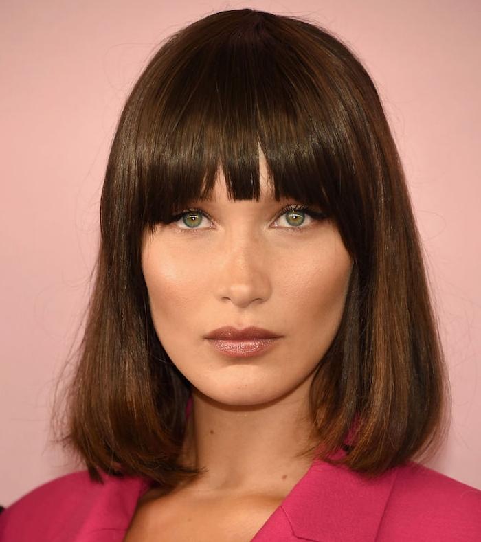 bella hadid et sa coupe carré long cheveux chatain avec une frange droite sur le front, maquillage simple