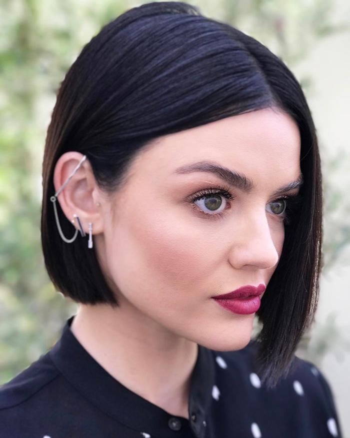 coupe au carré court asymétrique aux cheveux ultra lisses qui met en valeur l élégance de la coiffure et les traits du visage