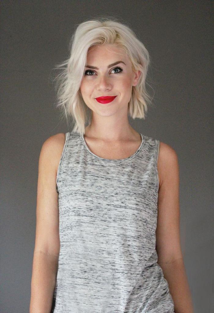 carré dégradé court cheveux blond platine légèrement asymétriques aux ondulations douces