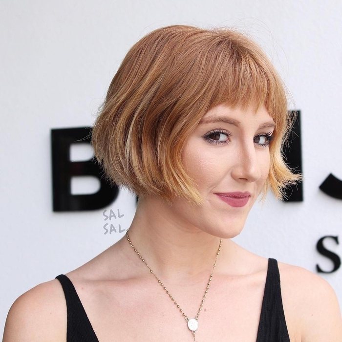 un carré court avec frange effilée pour un look rétro chic modernisé par la coloration tie and dye subtile sur les cheveux blond vénétien