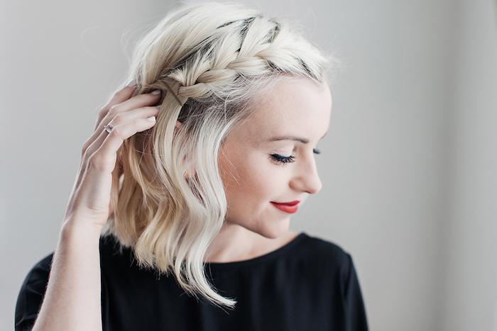 carré frisé façon ondulé sur cheveux mi long blond polaire, coiffure avec tresse sur le coté
