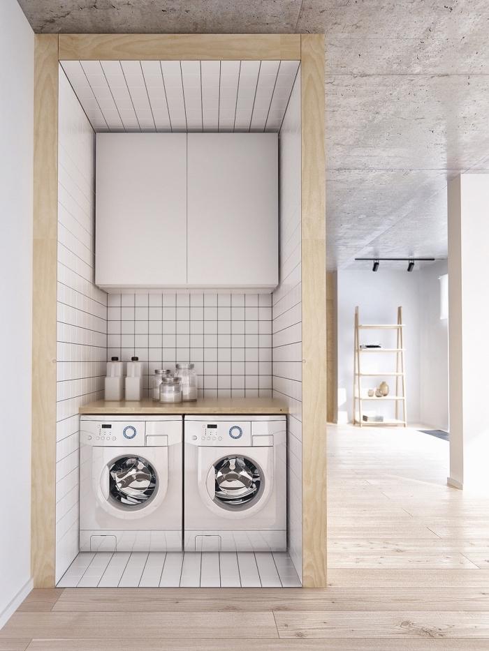 intérieur moderne avec rangement cellier aux murs blancs et bois, petite buanderie blanche avec comptoir de bois