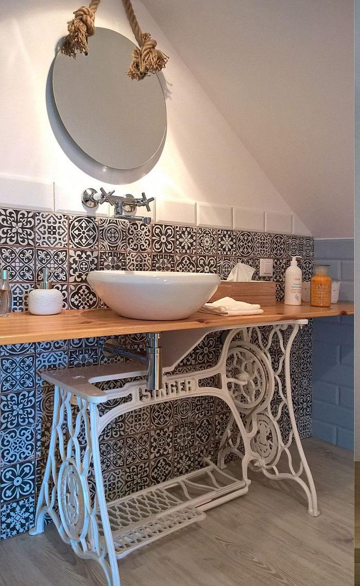 ancienne table de machine à coudre au piètement repeinte en blanc qui accueille une vasque à poser au design bol, fabriquer un meuble de salle de bain original et décalé