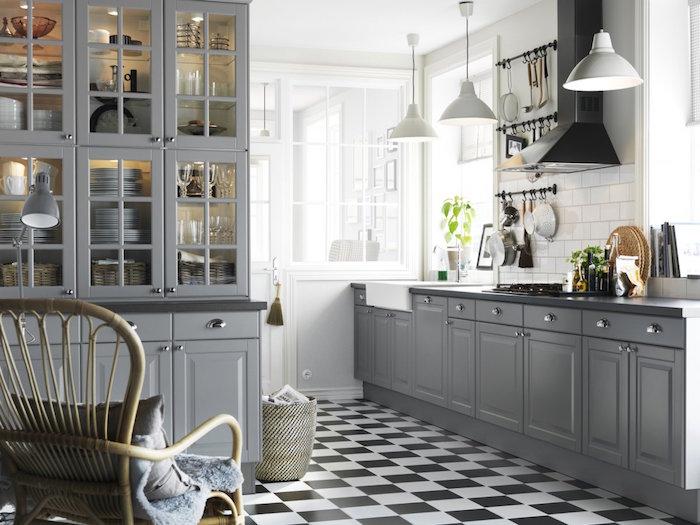 carrelage gris cuisine noir et blanc, deco pour cuisine blanche et grise, mur cuisine en faience blanche