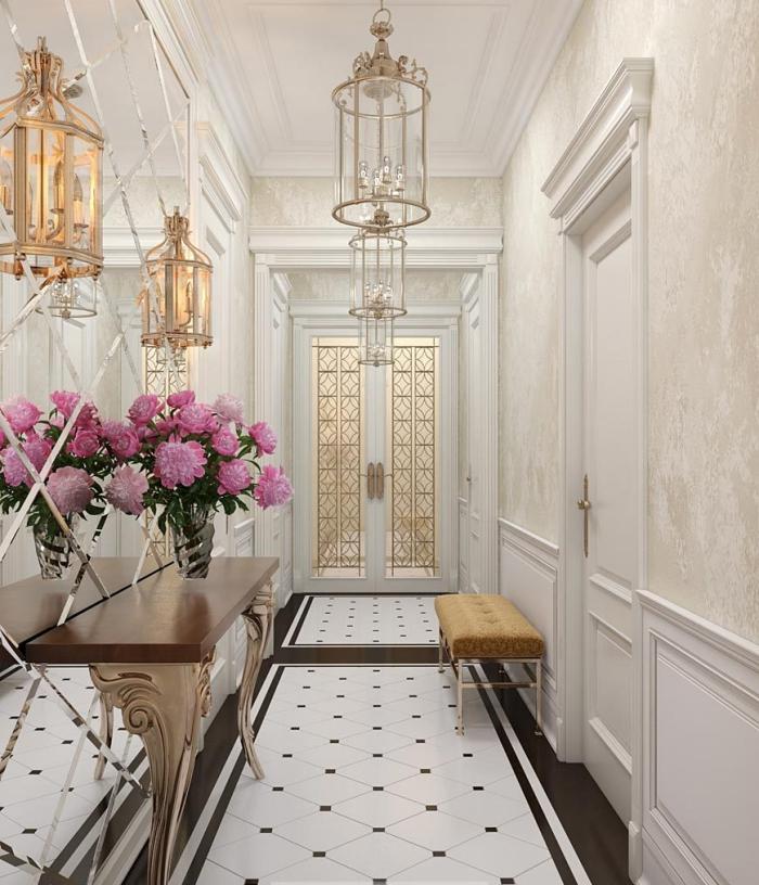 exemple de deco entree luxueuse avec papier peint beige et lanternes décoratives à finition dorée, meubles de couloir en bois et cuivre