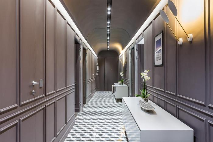 avec quelle couleur associer le gris dans la déco du couloir, exemple d'aménagement couloir ou entrée en couleurs gris et blanc