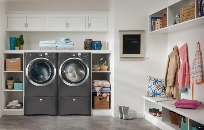 idée amenagement cellier moderne aux murs blancs avec carrelage gris et beige, placard avec machines a laver et rangements