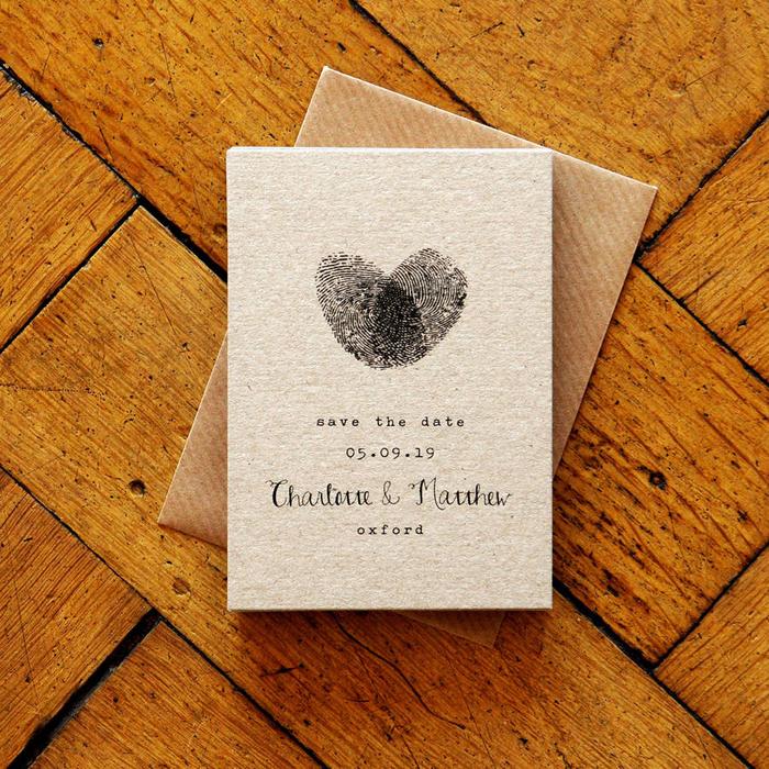 une carte save the date au design sobre et épuré les empreintes des futurs mariés s'entrelaçant en coeur, idée pour une carte save the date qui précède le faire part de mariage