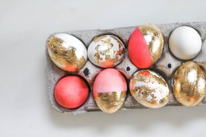 modèle d'oeufs à coquille blanche peints à effet ombré et décorés avec feuilles d'or alimentaire à effet métallique
