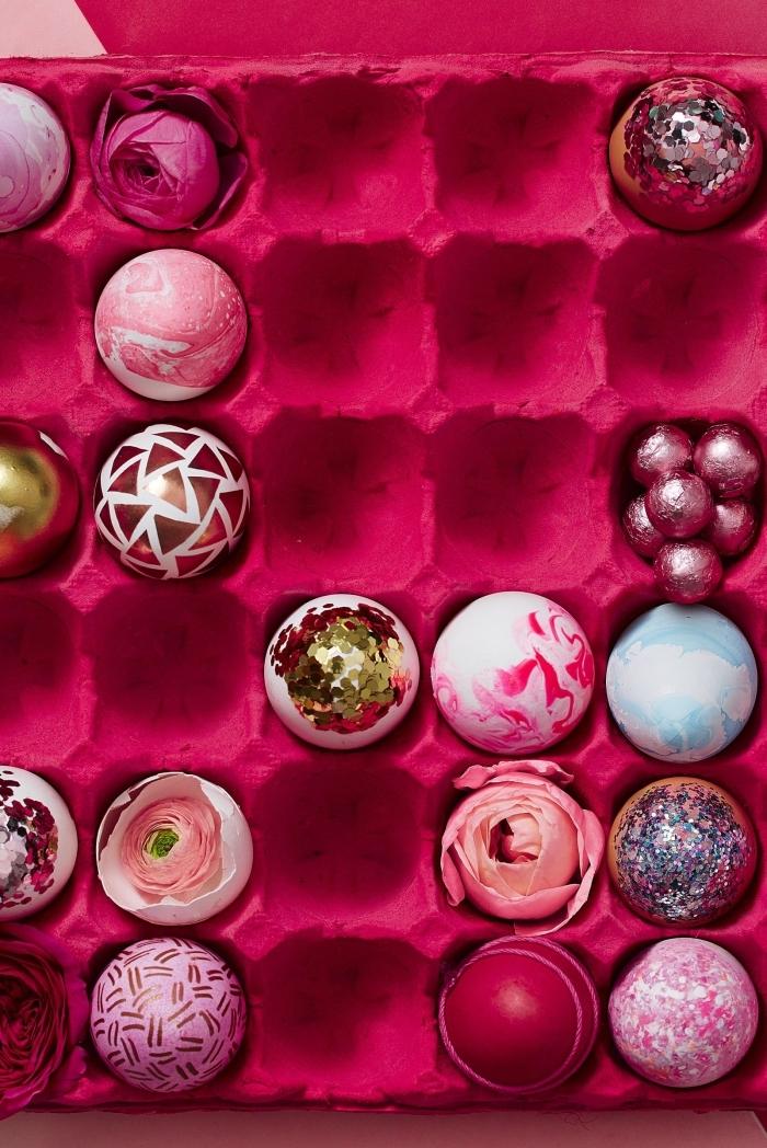 decoration oeuf de paques avec carton peint en rose fuschia et différents modèles d'oeufs colorés aux motifs géométriques