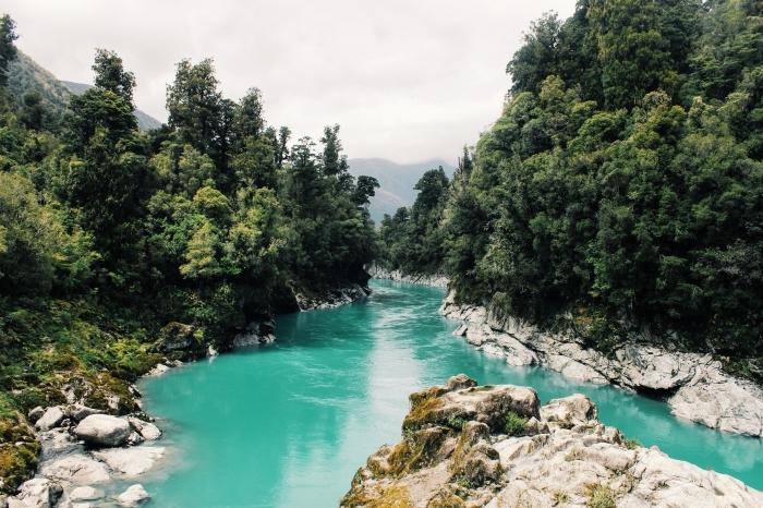 paysage de forêt et lac à eau turquoise, fond d écran hd avec photo de la nature dans les montagnes vertes
