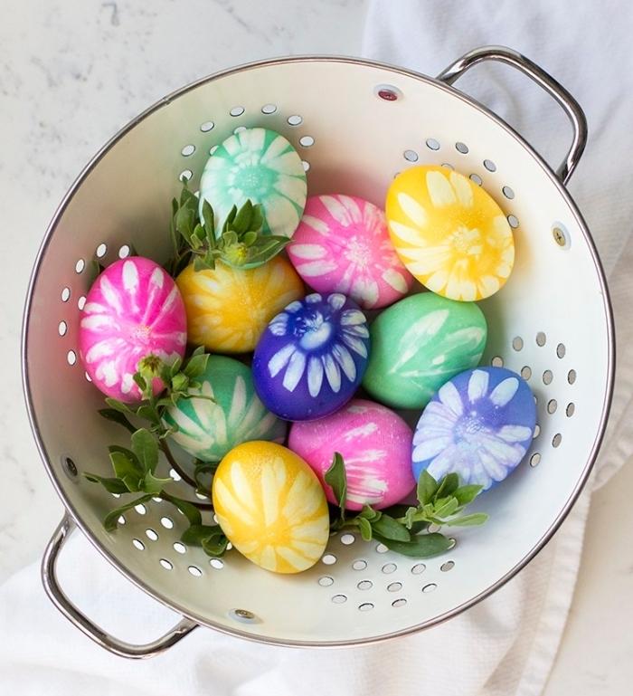 idée pour une deco de paques à design floral, modèles d'oeufs colorés avec colorant alimentaire et empreintes florales