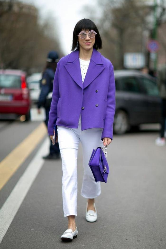 pantalon blanc et veste en lila, sac en lila, tenue casual, tenue décontractée femme, veste aux revers larges, mocassins blancs, look qui allie confort et élégance