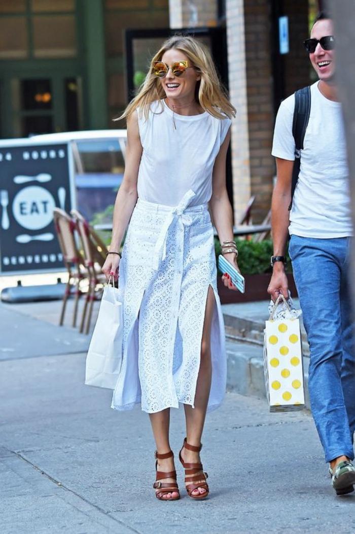 casual chic femme, modèle de jupe blanche ajourée, sandales en lacets larges a talon en marron, top blanc sans manches, look d'été