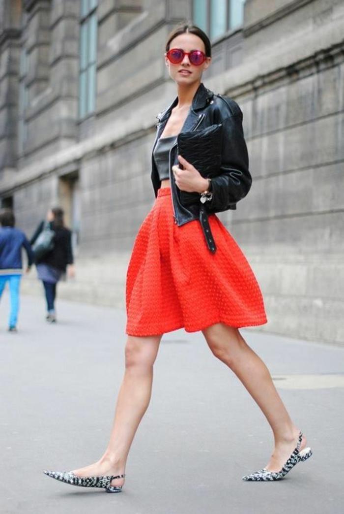 mini jupe en rouge corail, chaussures plates pointues aux imprimés léopard, tenue décontractée chic femme, casual chic femme, bien habillée