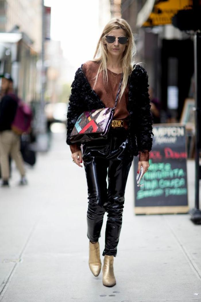 tenue décontractée femme, bien habillée, pantalon habillé femme, modèle moulant imitation cuir, grand sac pochette en rouge, bleu et blanc, bottines couleur or